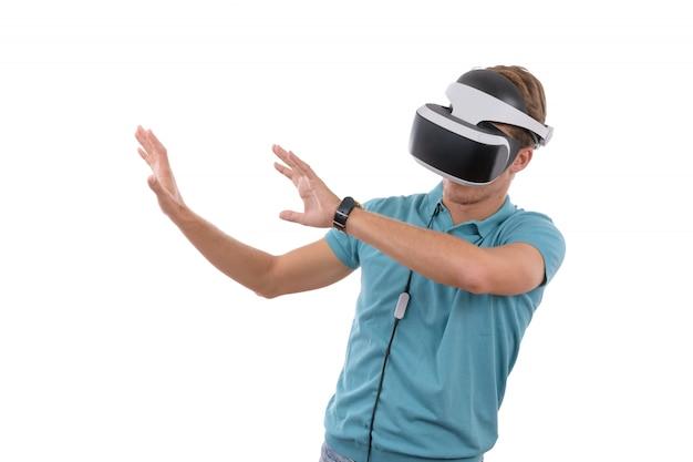 Giovane ragazzo caucasico che gioca con i vetri di realtà virtuale