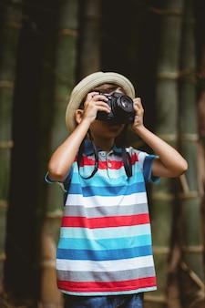 Giovane ragazzo che clicca una fotografia dalla macchina fotografica
