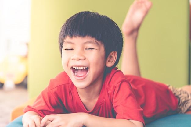 Giovane ragazzo che grida fuori felice con il suo giocattolo