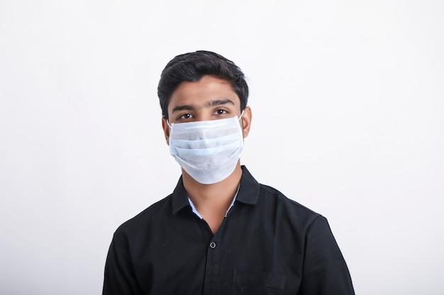 Giovane ragazzo che indossa di nuovo la maschera protettiva covid-19. corona virus.