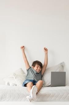 Giovane ragazzo che osserva sul computer portatile