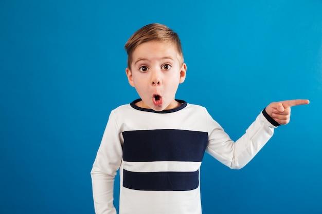 Giovane ragazzo colpito in maglione che indica via