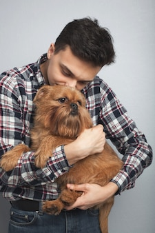 Giovane ragazzo con il suo cane.