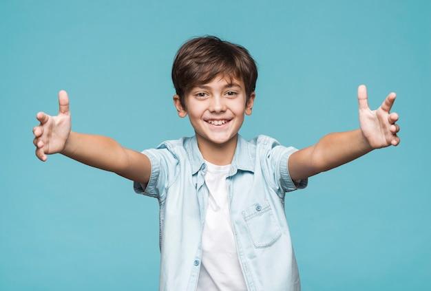 Giovane ragazzo con le braccia aperte per l'abbraccio