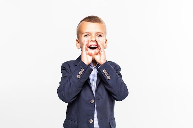 Giovane ragazzo di grido isolato sopra la parete bianca