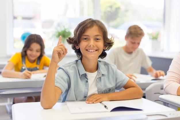Giovane ragazzo in classe con un ideea