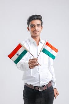 Giovane ragazzo indiano che tiene bandiera indiana