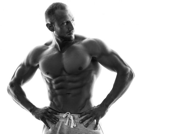 Giovane ragazzo muscoloso su sfondo bianco
