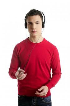 Giovane ragazzo studente vestito in rosso ascoltando musica mp3