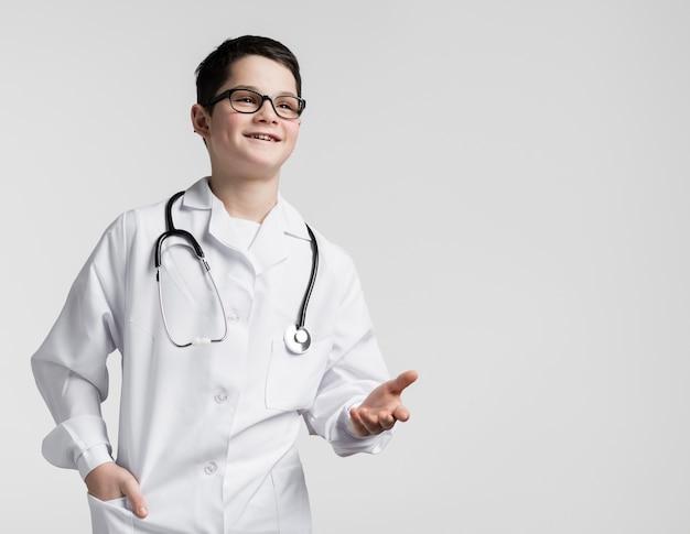 Giovane ragazzo sveglio agghindato come medico