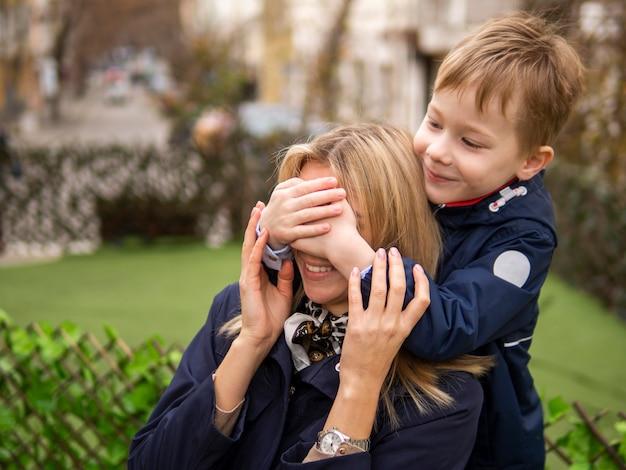 Giovane ragazzo sveglio che sorprende sua madre