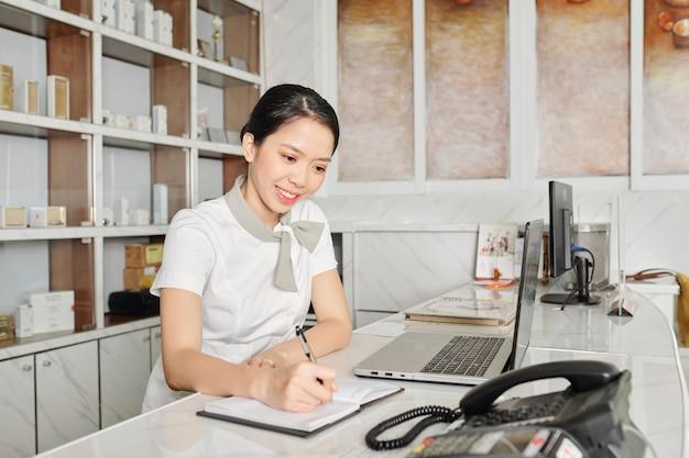 Giovane receptionist salone sorridente