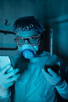 Giovane ricercatore maschio che effettua esperimento scientifico