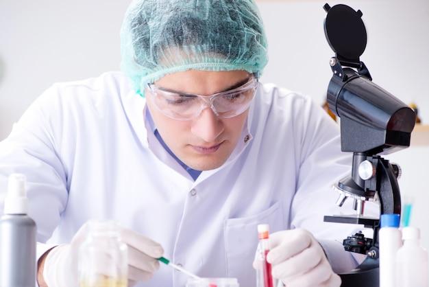 Giovane scienziato che lavora in laboratorio