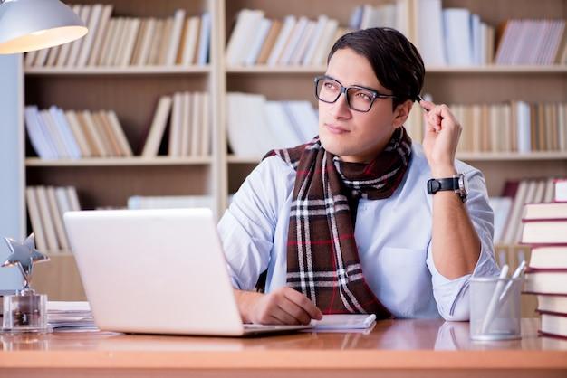 Giovane scrittore che lavora in biblioteca