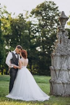 Giovane sessione di foto di matrimonio delle coppie fuori