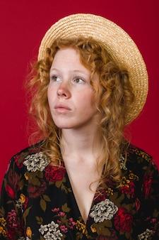 Giovane signora attraente di redhead che osserva via