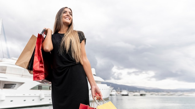 Giovane signora che mostra la sua felicità di acquisto