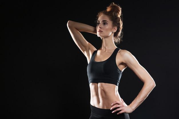 Giovane signora sportiva seria concentrata
