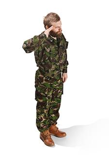 Giovane soldato dell'esercito che indossa l'uniforme del camuffamento isolata su bianco
