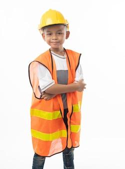 Giovane sorriso asiatico e condizione del bambino dell'ingegnere isolati su fondo bianco