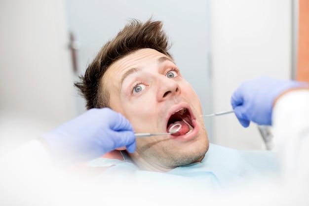 Giovane spaventato all'ufficio del dentista