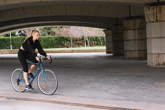 Giovane sportiva in bicicletta