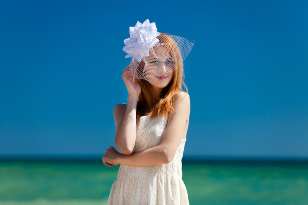 Giovane sposa in spiaggia