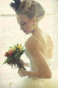 Giovane sposa romantica nell'interno d'annata