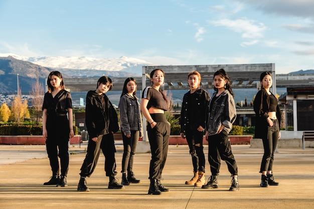 Giovane squadra asiatica in posa. amici adolescenti cinesi