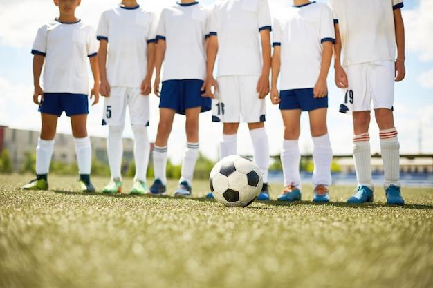 Giovane squadra di calcio in campo