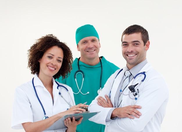 Giovane squadra di medici sorridenti