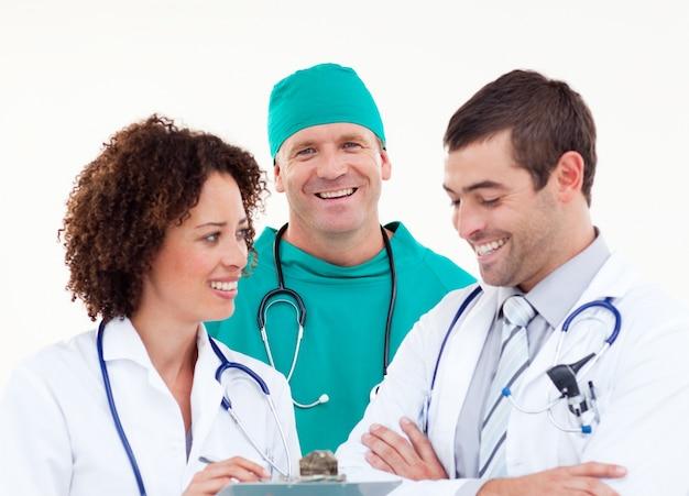 Giovane squadra positiva di medici che lavorano insieme