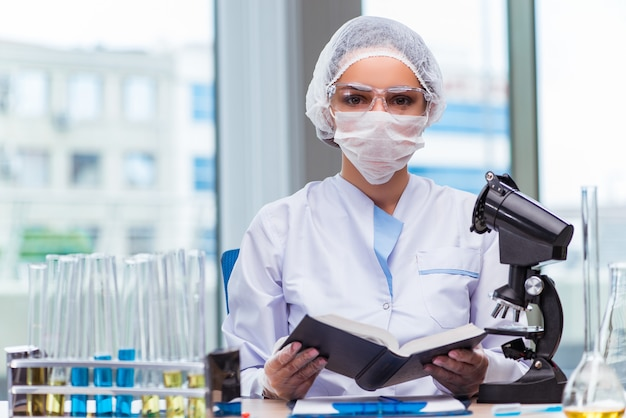Giovane studente che lavora con soluzioni chimiche in laboratorio