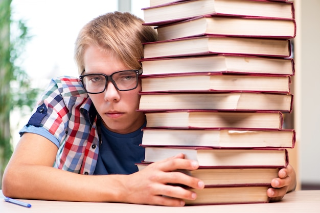 Giovane studente che si prepara per gli esami universitari
