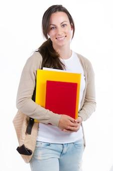 Giovane studente con i suoi libri su sfondo bianco