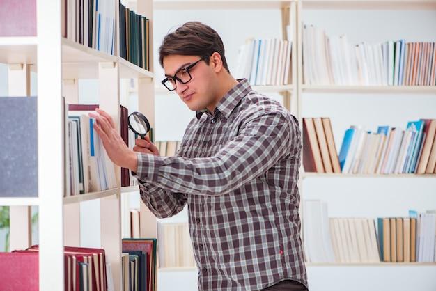 Giovane studente in cerca di libri nella biblioteca del college