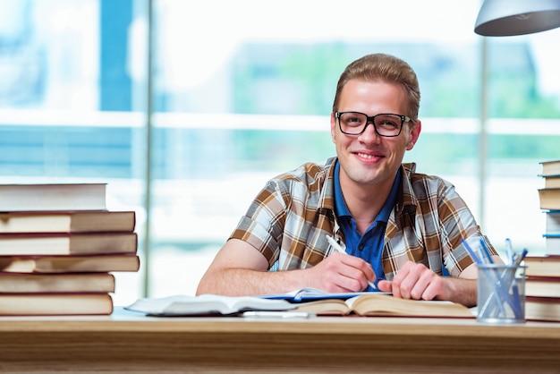 Giovane studente maschio preparando per gli esami del liceo