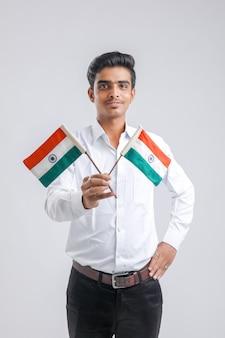 Giovane studente universitario indiano con bandiera indiana.