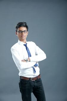 Giovane studente universitario indiano