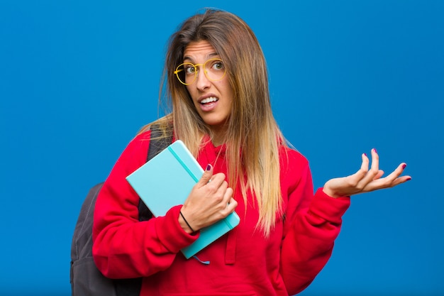 Giovane studentessa carina che si sente incapace e confusa, non sono sicuro di quale scelta o opzione scegliere, chiedendosi