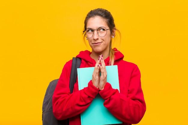 Giovane studentessa carina che si sente orgogliosa, birichina e arrogante mentre pianifica un piano malvagio o pensa a un trucco