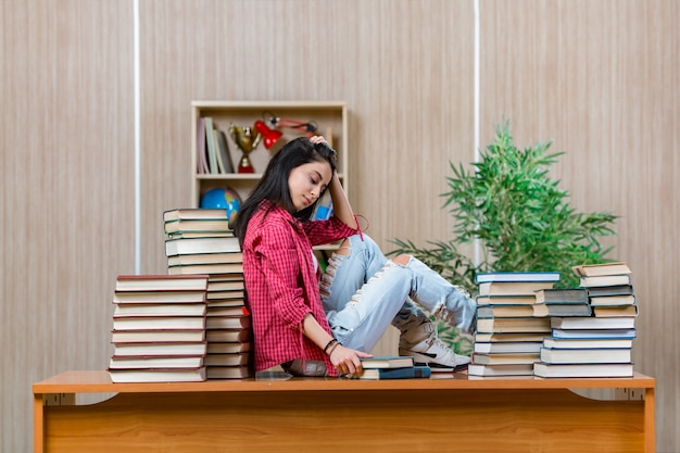 Giovane studentessa che si prepara per gli esami di scuola superiore