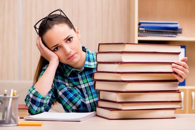 Giovane studentessa che si prepara per gli esami