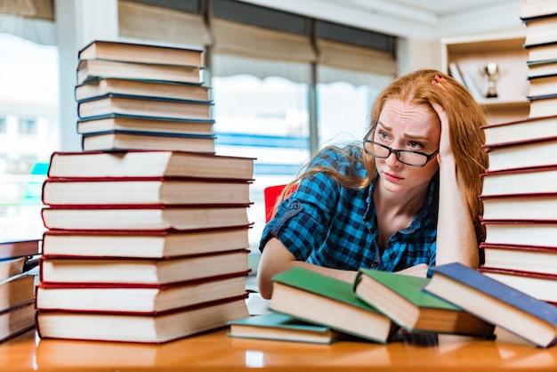 Giovane studentessa preparando per gli esami