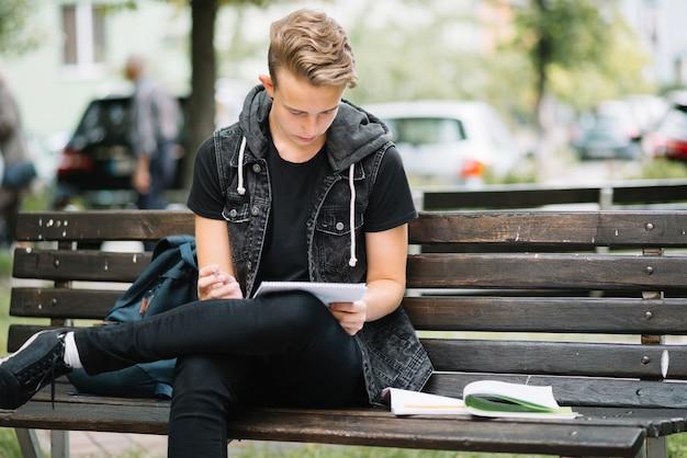 Giovane, studiare, panca