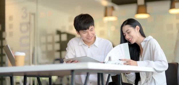 Giovane team di designer professionisti che discutono insieme i concetti nel luogo di lavoro moderno