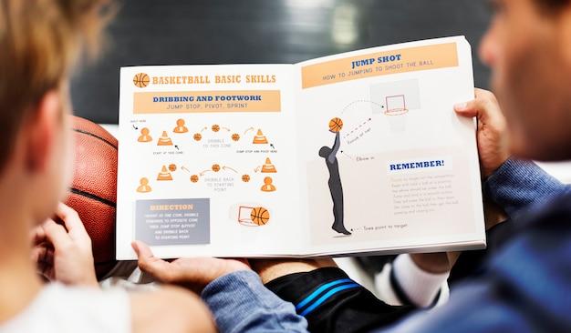 Giovane tiro del giocatore di pallacanestro