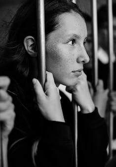 Giovane triste e noia studentessa tenendo al cancello