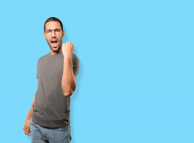 Giovane turbato che fa un gesto competitivo